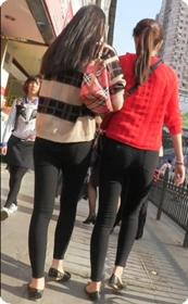 街拍两个身材超赞的紧致长裤美女