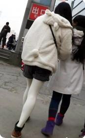 白丝小热裤美眉特别清纯的感觉