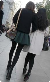 街拍完美身材美女短裙黑丝赞的很