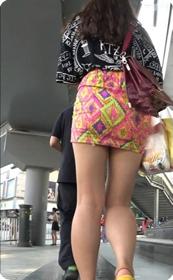 街拍花色短裙美女这翘臀看着就爽