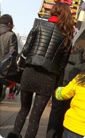 翘臀黑丝超短裙美女少妇在逛街