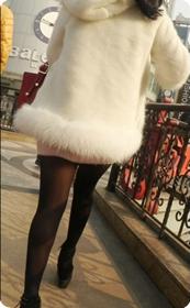 街拍白色毛衣外套短裙黑丝美女
