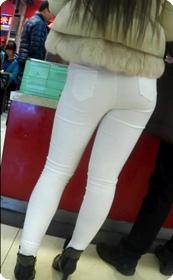 身材丰满性感白色牛仔裤美女