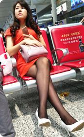 街拍腿部非常白皙白嫩的短裙美女
