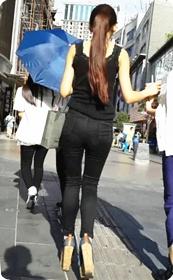 街拍极品紧身裤美女,有美貌有身段!