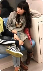 地铁里的黑丝美腿可爱美眉