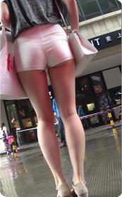 翘臀贴身白色小热裤,少妇到底是诱人