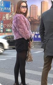 街拍十分撩人心魄的紧身短裙黑丝少妇