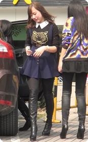 街拍非常漂亮的紧身裤美女少妇