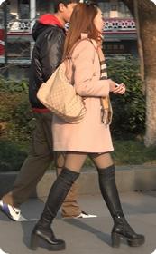 街拍十分性感的黑丝长筒靴美眉