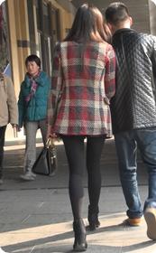 街拍性感尤物黑色紧身裤少妇