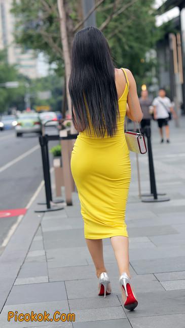 街拍极品紧身裙少妇,让人流鼻血10