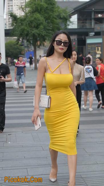 街拍极品紧身裙少妇,让人流鼻血20