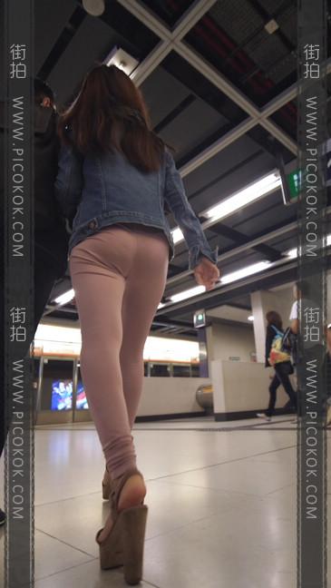 高跟鞋粉裤妹子身材好,旁边的哥哥都要受不了17