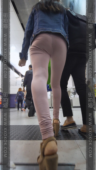 高跟鞋粉裤妹子身材好,旁边的哥哥都要受不了23