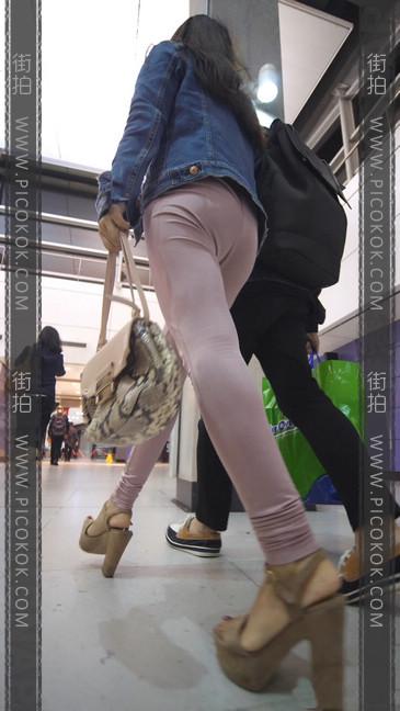 高跟鞋粉裤妹子身材好,旁边的哥哥都要受不了25