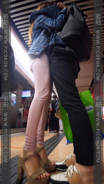 高跟鞋粉裤妹子身材好,旁边的哥哥都要受不了4