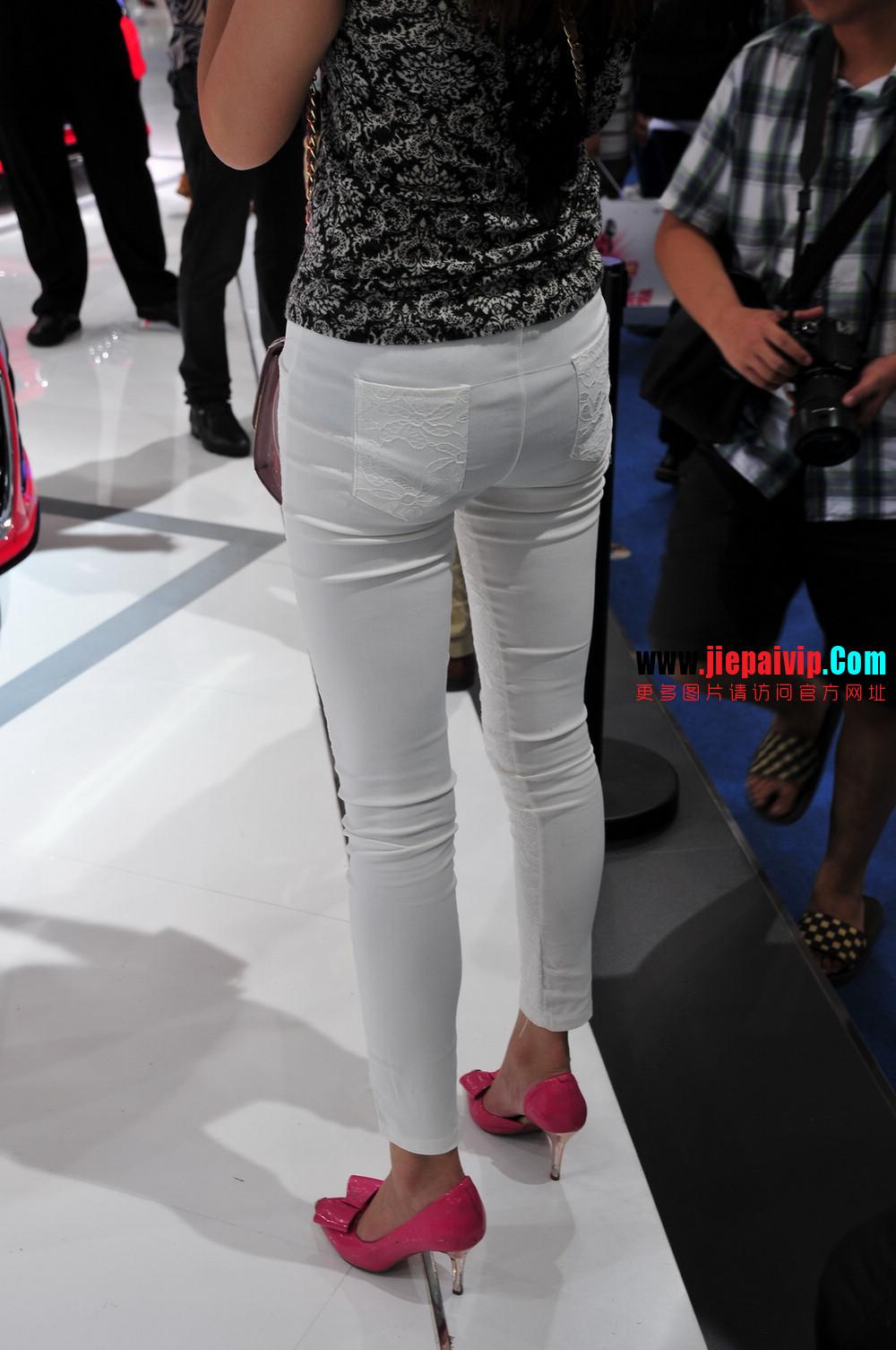 街拍紧身裤少妇长相不错,白色修身长裤,双腿匀称且直,粉色细高跟1