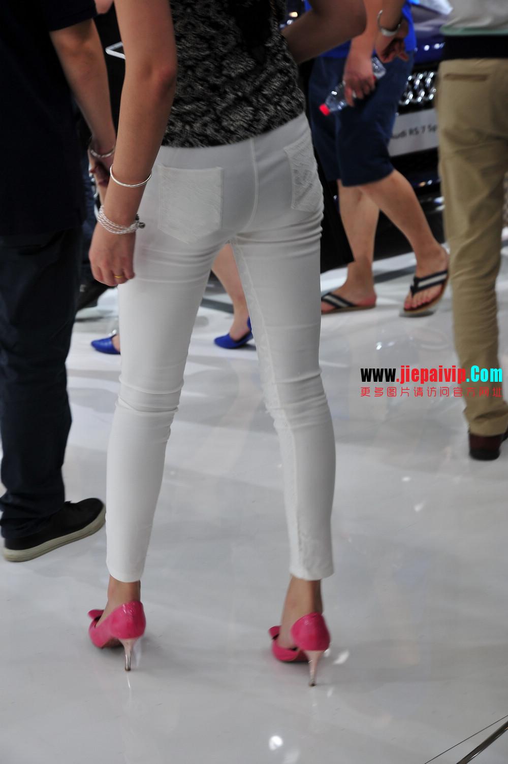 街拍紧身裤少妇长相不错,白色修身长裤,双腿匀称且直,粉色细高跟2