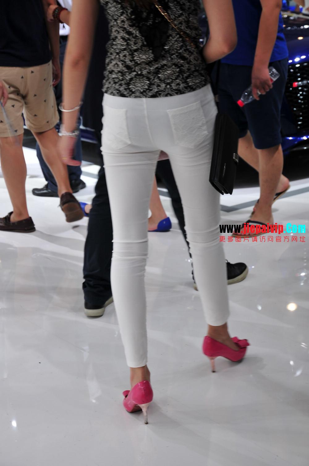 街拍紧身裤少妇长相不错,白色修身长裤,双腿匀称且直,粉色细高跟3
