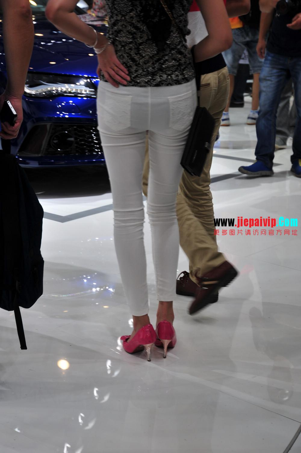 街拍紧身裤少妇长相不错,白色修身长裤,双腿匀称且直,粉色细高跟4