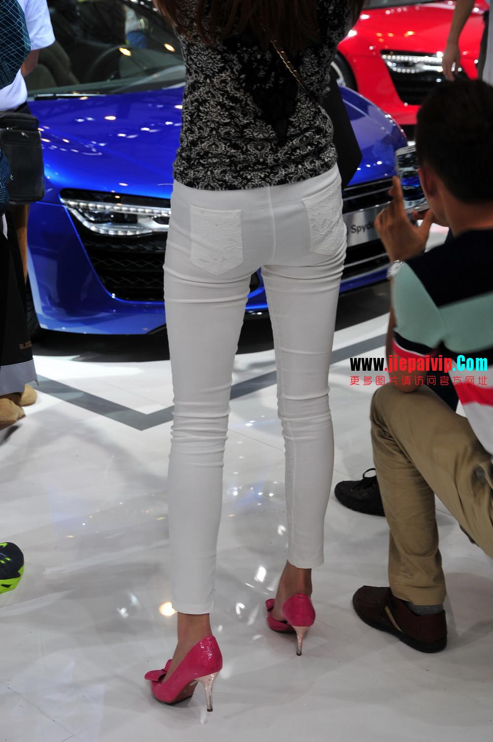 街拍紧身裤少妇长相不错,白色修身长裤,双腿匀称且直,粉色细高跟6