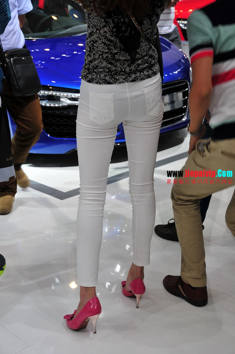 街拍紧身裤少妇长相不错,白色修身长裤,双腿匀称且直,粉色细高跟7
