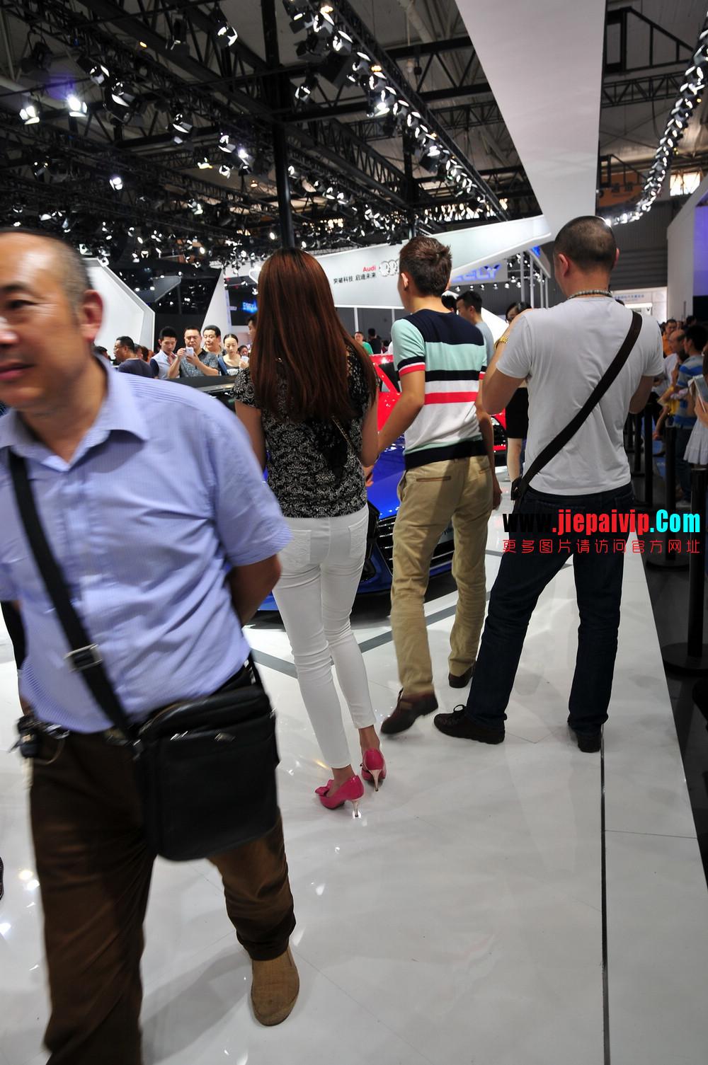 街拍紧身裤少妇长相不错,白色修身长裤,双腿匀称且直,粉色细高跟8