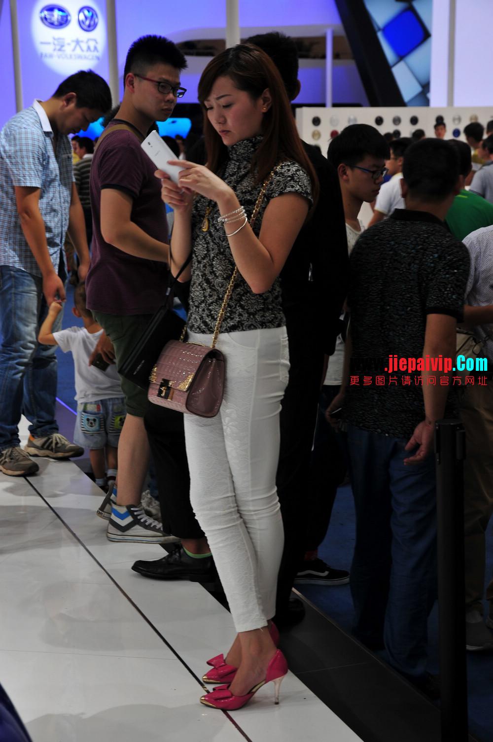 街拍紧身裤少妇长相不错,白色修身长裤,双腿匀称且直,粉色细高跟11