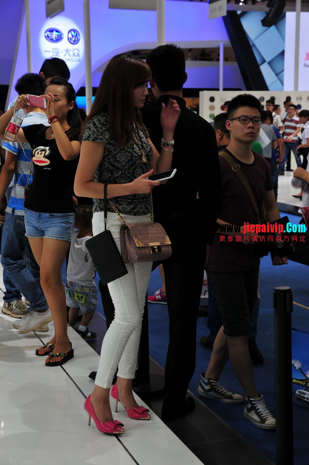街拍紧身裤少妇长相不错,白色修身长裤,双腿匀称且直,粉色细高跟12