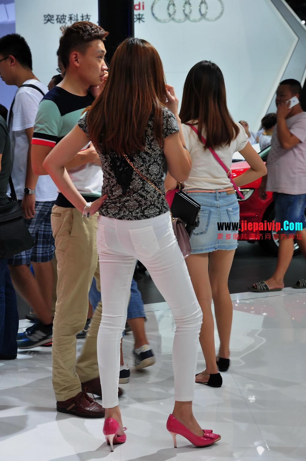 街拍紧身裤少妇长相不错,白色修身长裤,双腿匀称且直,粉色细高跟16