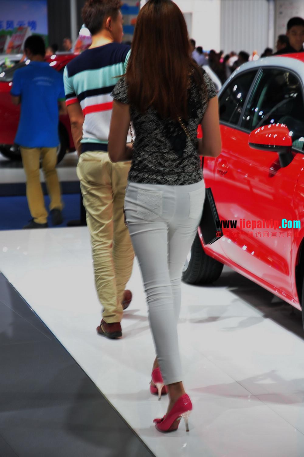 街拍紧身裤少妇长相不错,白色修身长裤,双腿匀称且直,粉色细高跟20