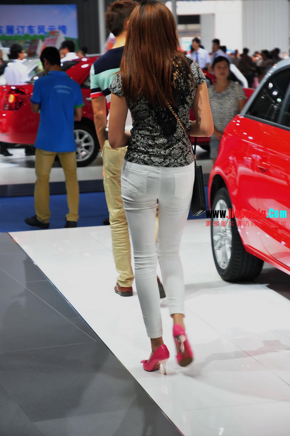 街拍紧身裤少妇长相不错,白色修身长裤,双腿匀称且直,粉色细高跟21
