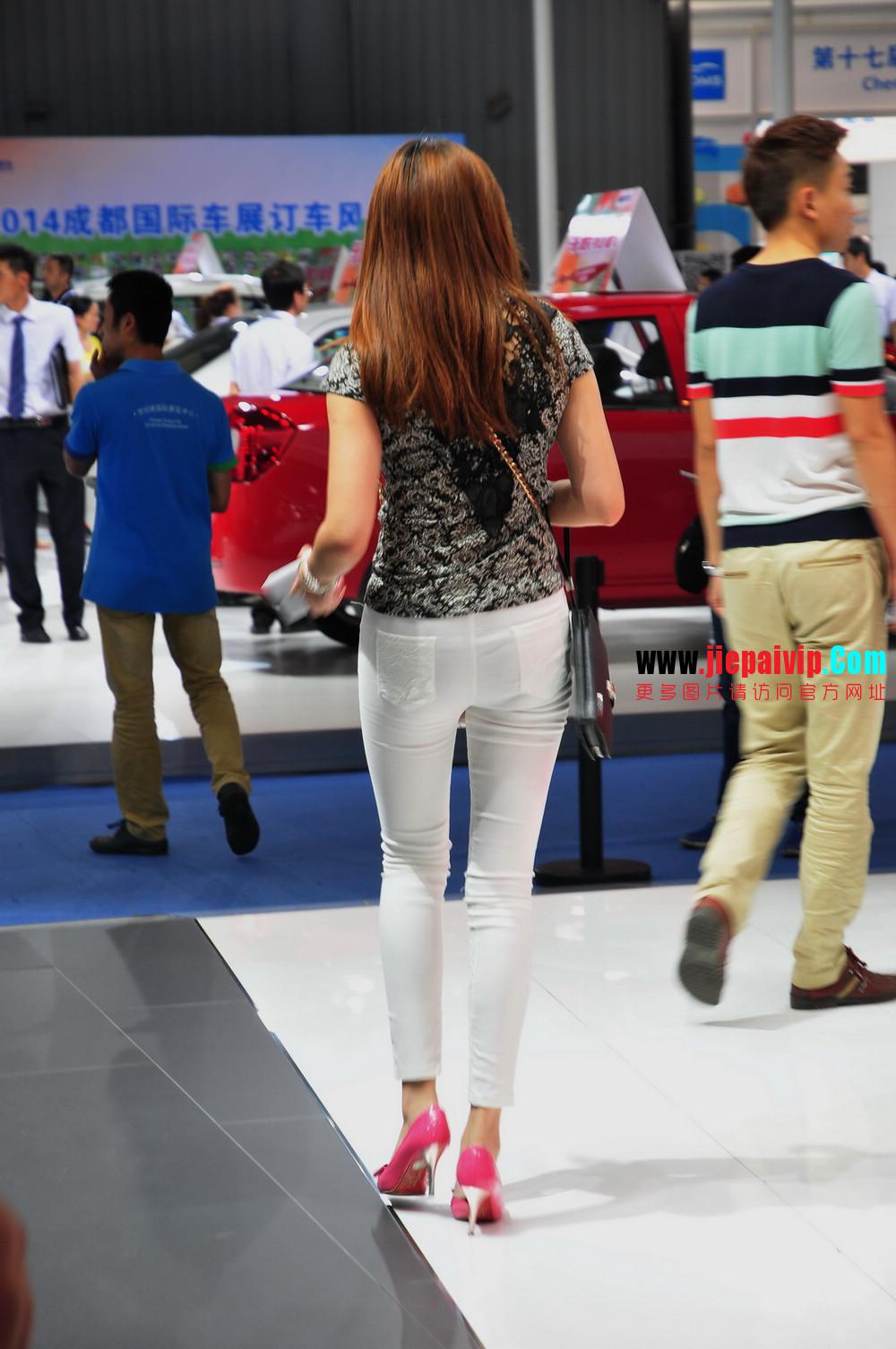 街拍紧身裤少妇长相不错,白色修身长裤,双腿匀称且直,粉色细高跟23