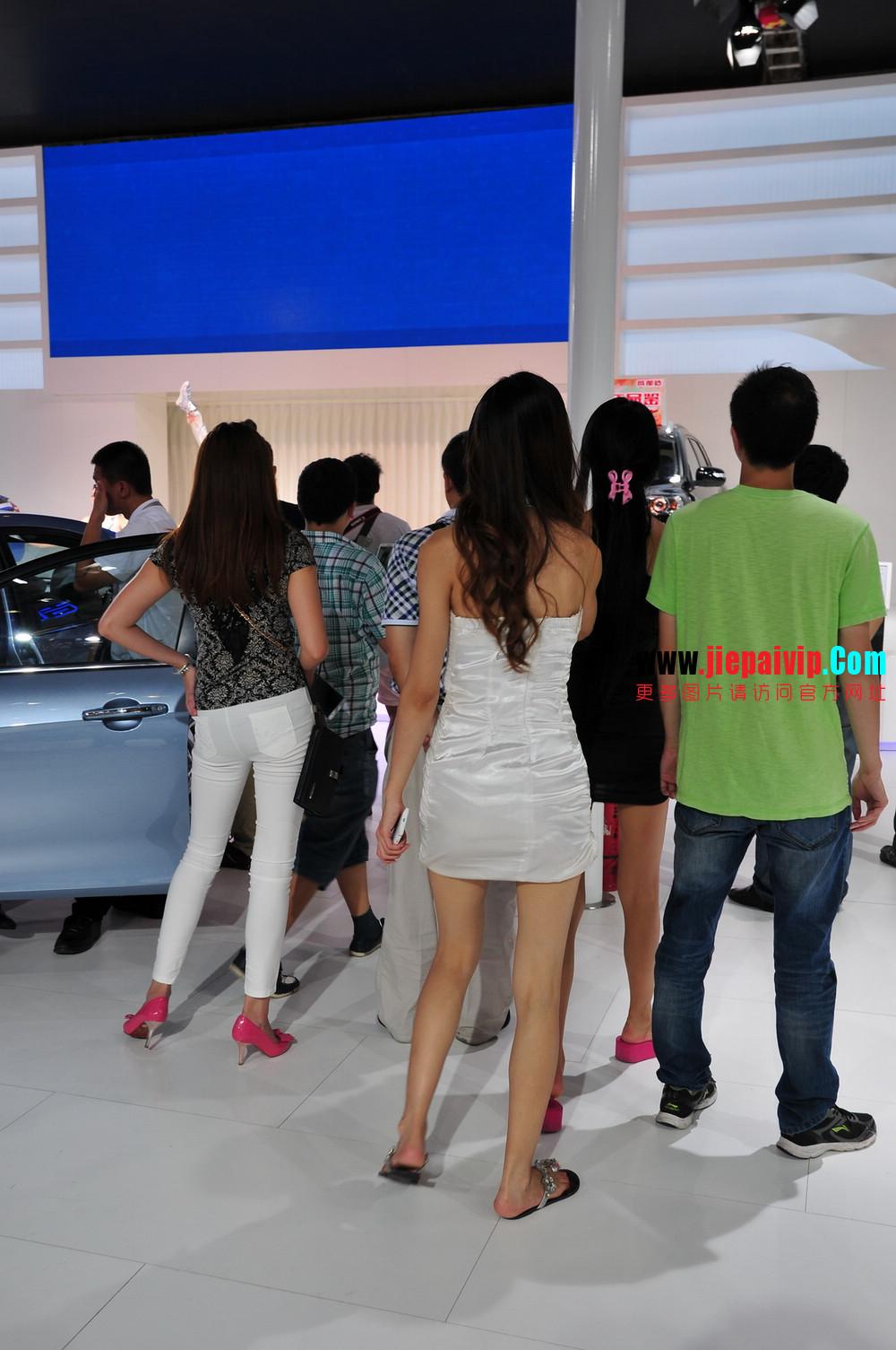 街拍紧身裤少妇长相不错,白色修身长裤,双腿匀称且直,粉色细高跟31