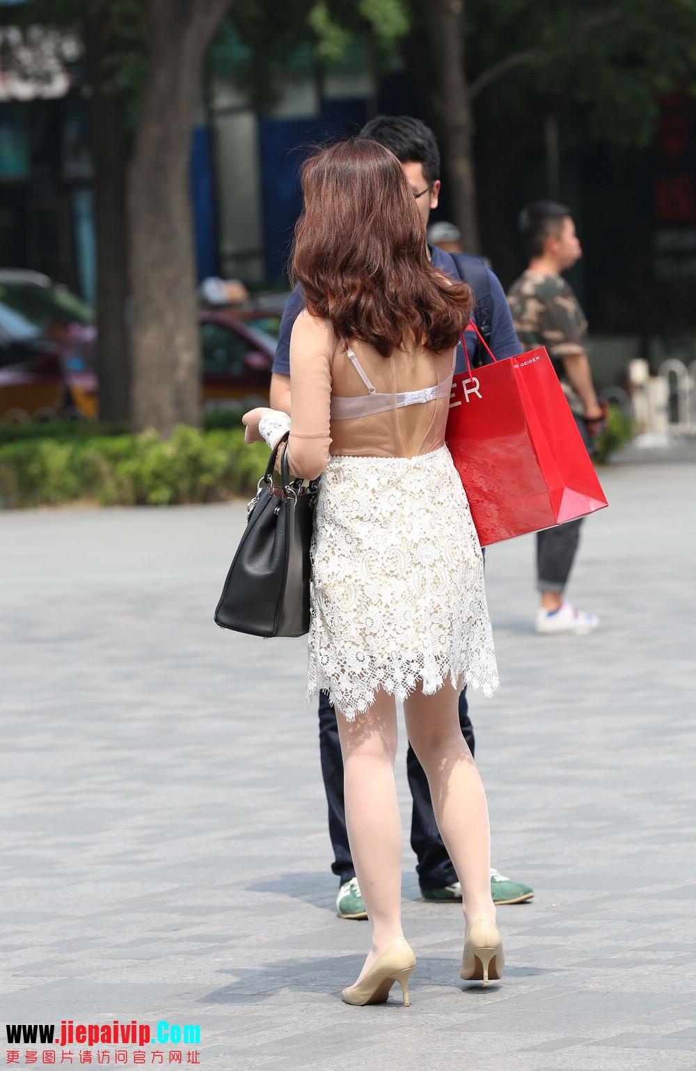 街拍蕾丝裙,性感透视装极品少妇,还穿着白丝袜呢