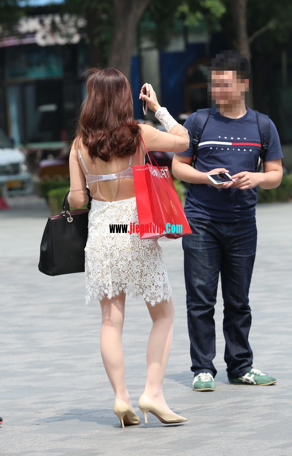 街拍蕾丝裙,性感透视装极品少妇,还穿着白丝袜呢2