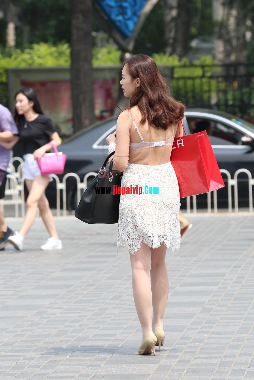 街拍蕾丝裙,性感透视装极品少妇,还穿着白丝袜呢7