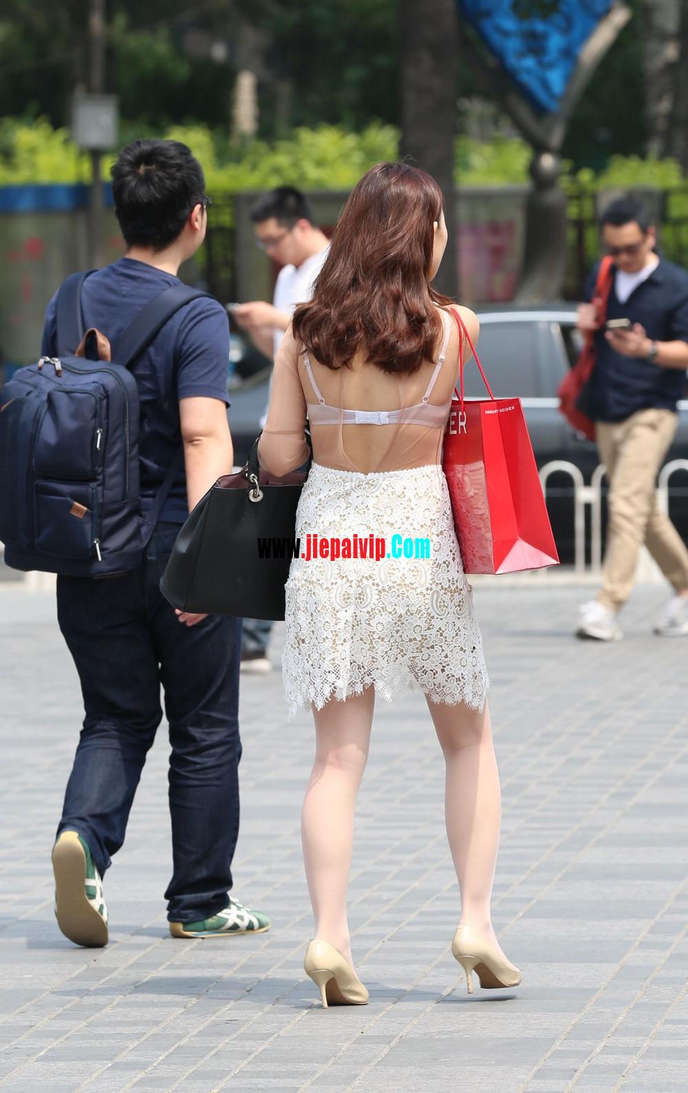 街拍蕾丝裙,性感透视装极品少妇,还穿着白丝袜呢14