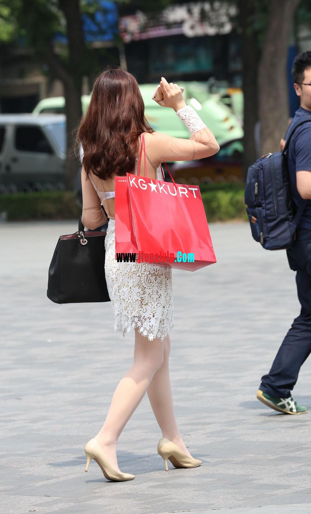 街拍蕾丝裙,性感透视装极品少妇,还穿着白丝袜呢20