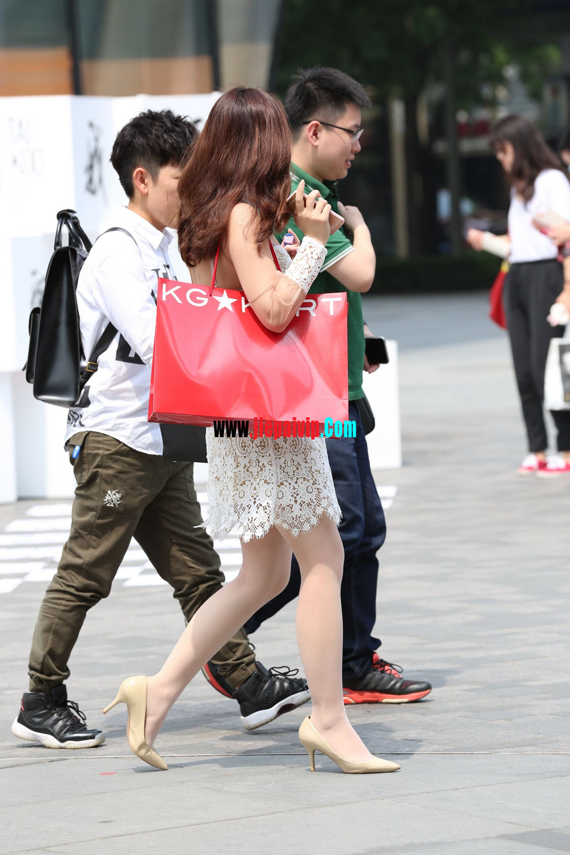 街拍蕾丝裙,性感透视装极品少妇,还穿着白丝袜呢21