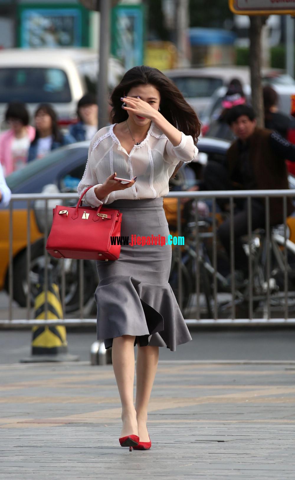 街拍气质美女,上衣太透明,胸罩都露出来了,这女的真敢穿3