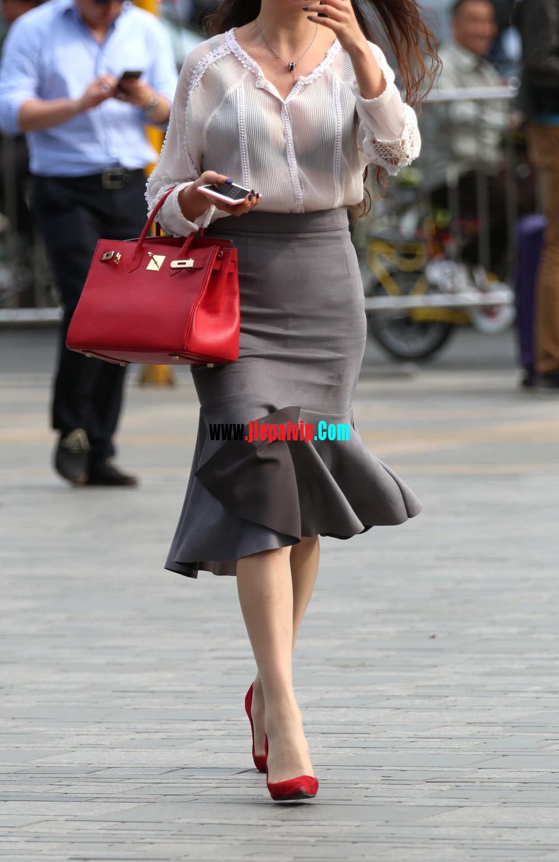 街拍气质美女,上衣太透明,胸罩都露出来了,这女的真敢穿6