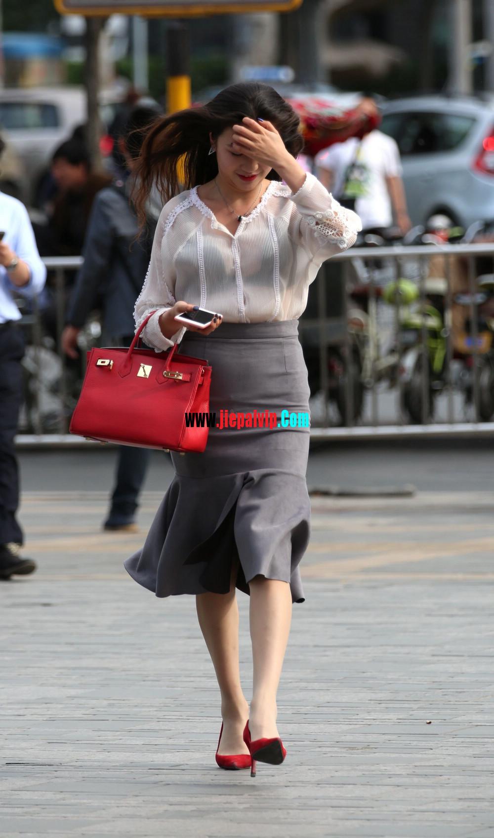 街拍气质美女,上衣太透明,胸罩都露出来了,这女的真敢穿8