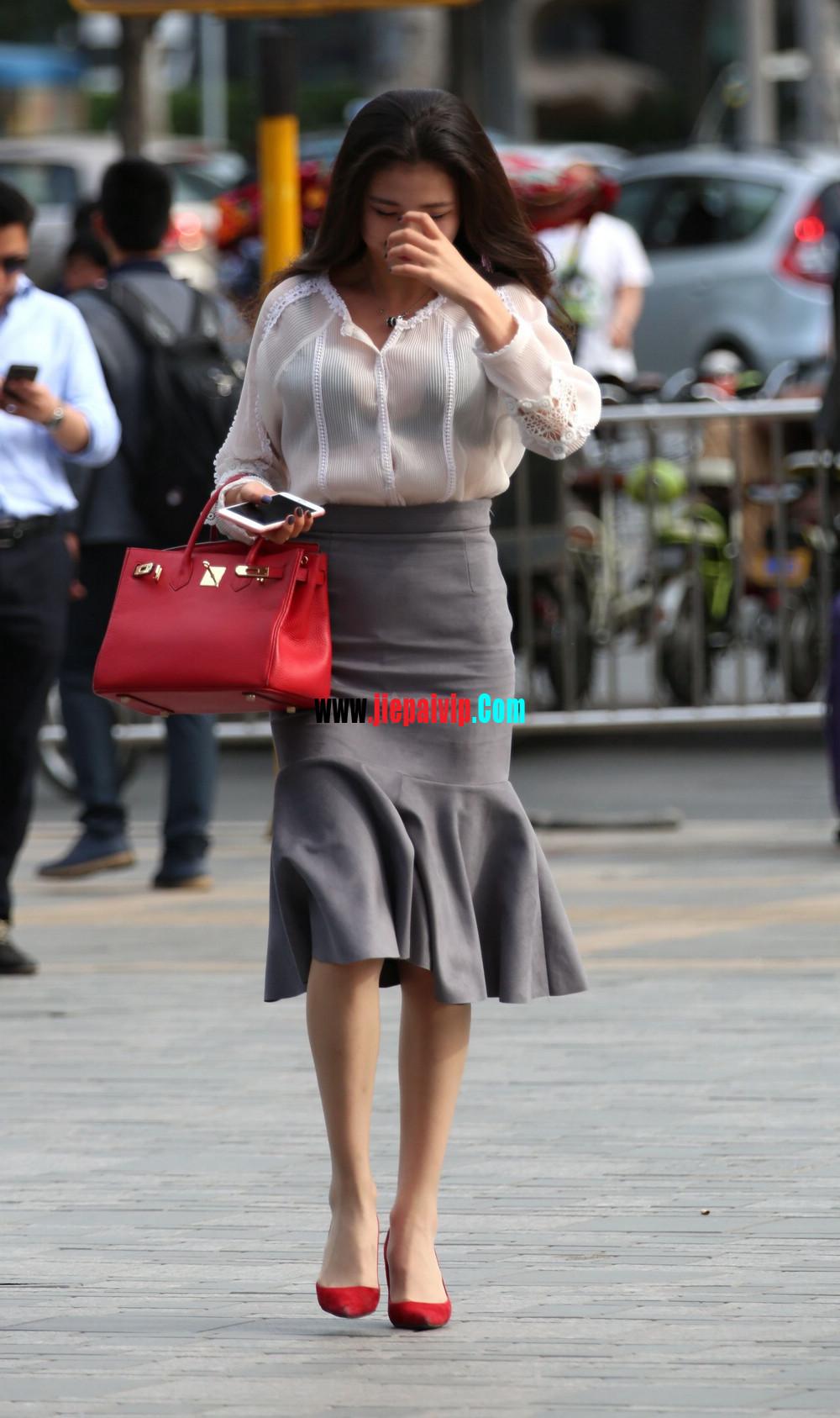 街拍气质美女,上衣太透明,胸罩都露出来了,这女的真敢穿9