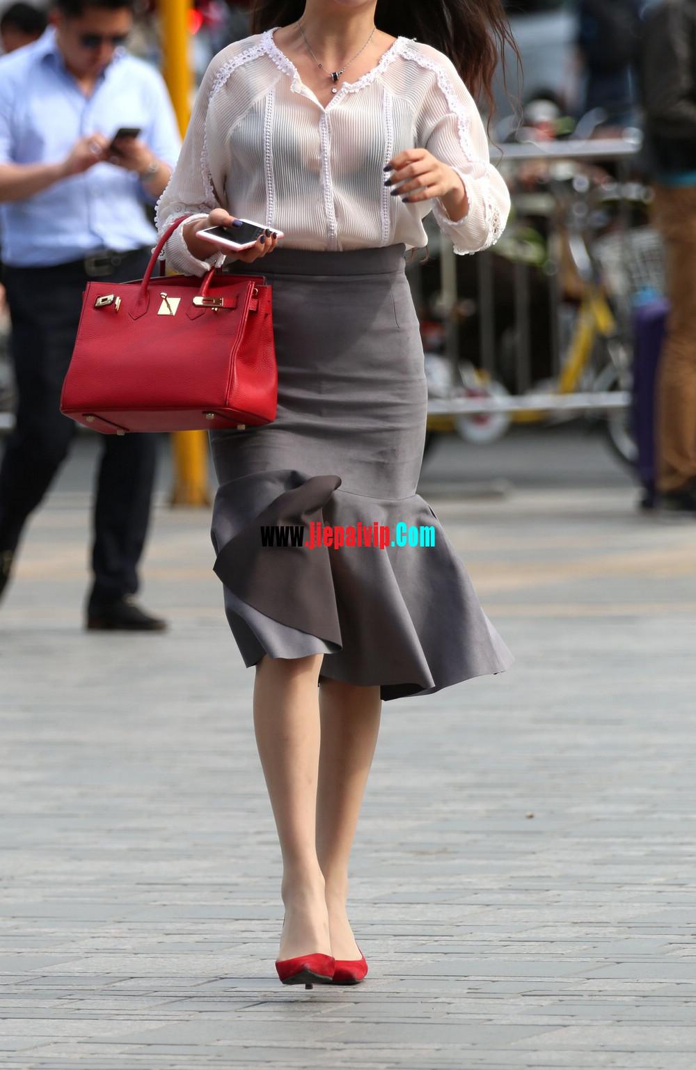 街拍气质美女,上衣太透明,胸罩都露出来了,这女的真敢穿11