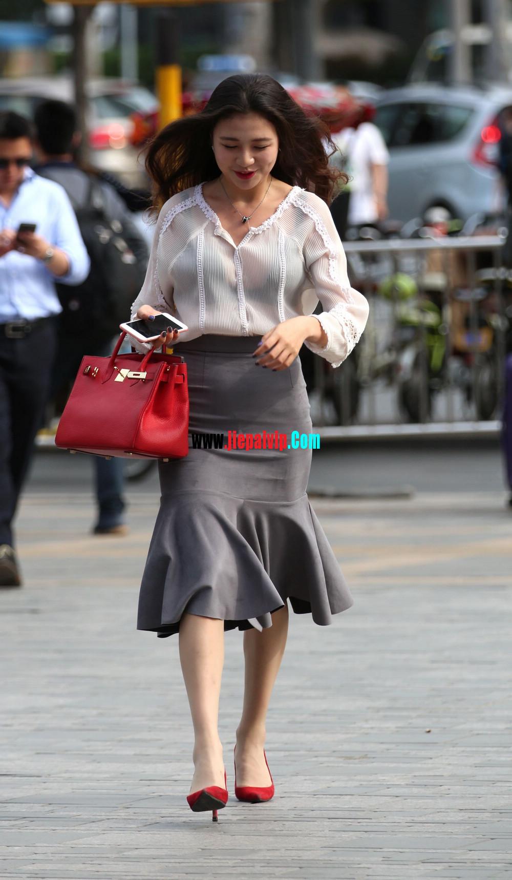 街拍气质美女,上衣太透明,胸罩都露出来了,这女的真敢穿13