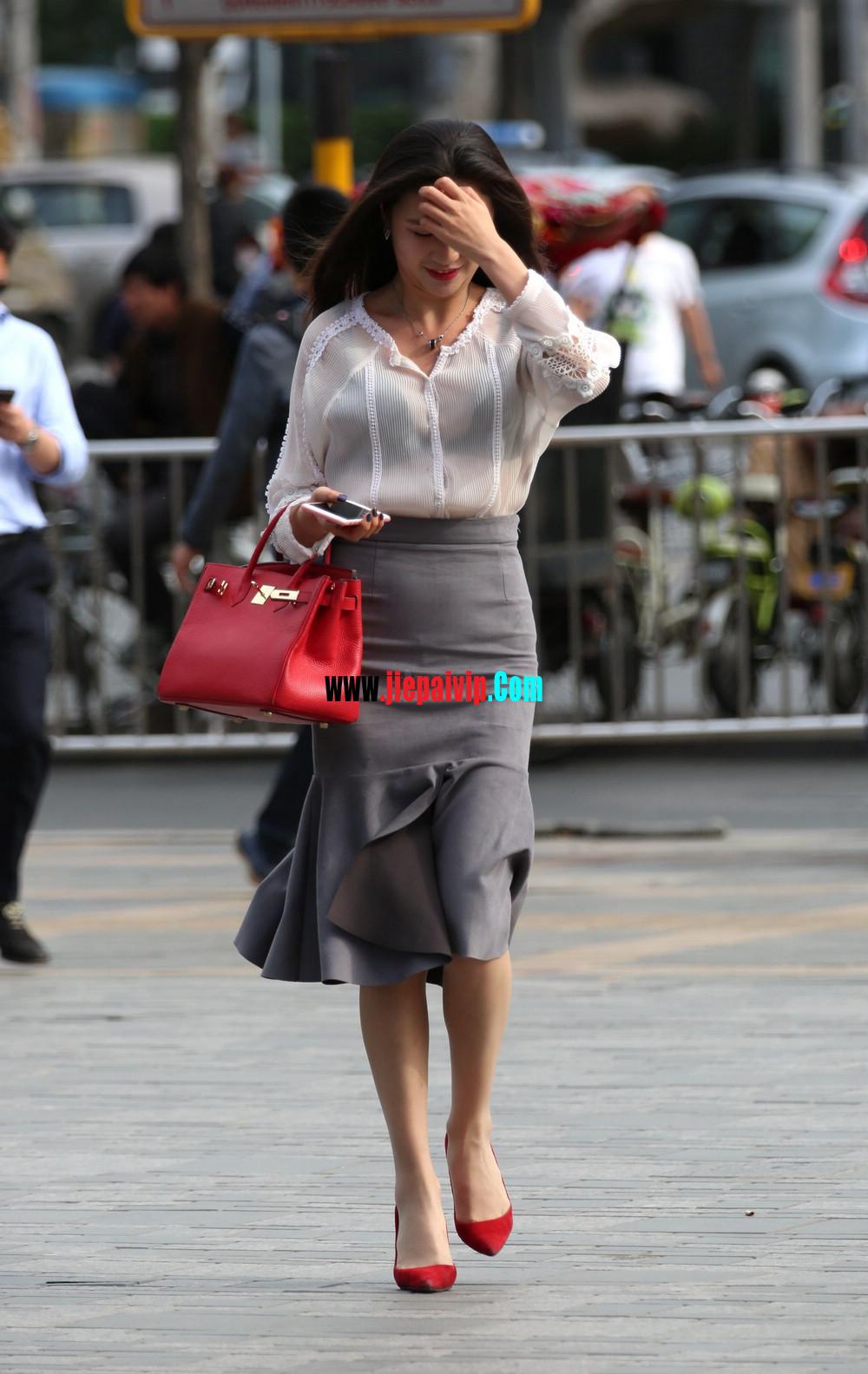 街拍气质美女,上衣太透明,胸罩都露出来了,这女的真敢穿17