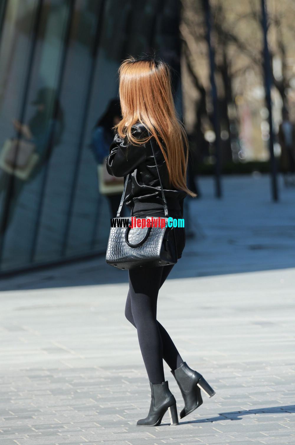时髦的黑丝美腿美女,边上的色男人一直盯着她的丝袜美腿1