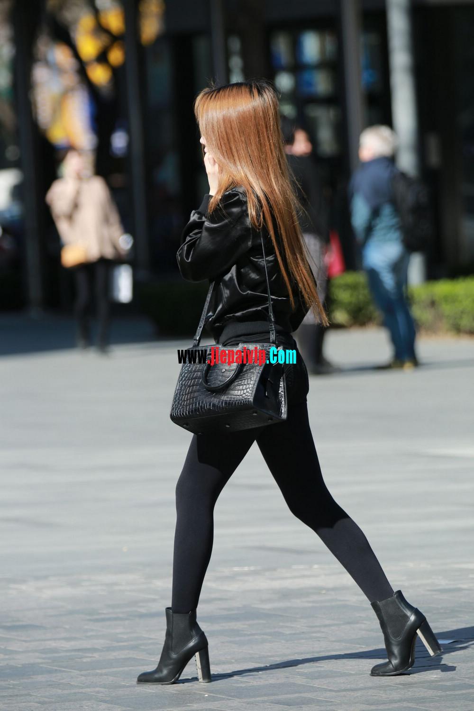 时髦的黑丝美腿美女,边上的色男人一直盯着她的丝袜美腿5